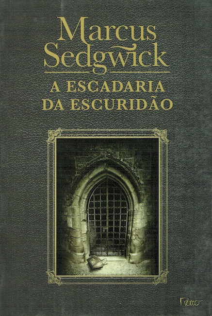 Brazilian cover of The Dark Flight Down showing a stone doorway with grilled gate across it.
