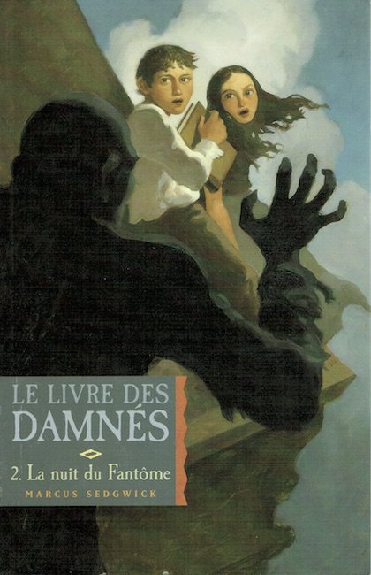 French cover of The Dark Flight Down showing boy and girl trapped on rooftop by monstrous figure.
